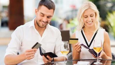 Should a woman offer to pay on a date