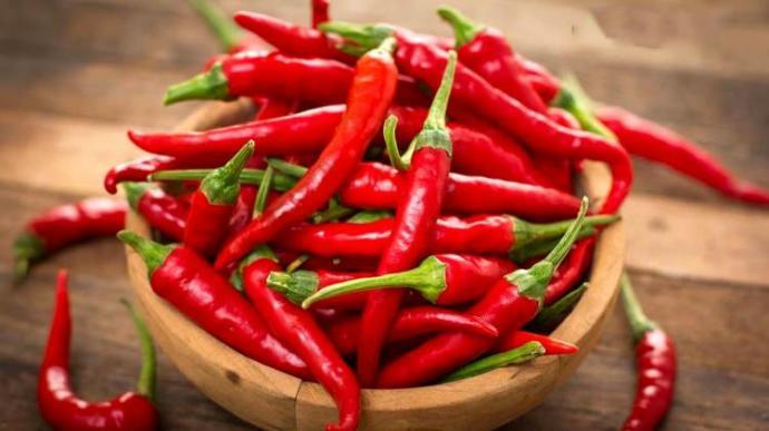 Red pepper is one of the foods that increase the speed of metabolism. Adding a spoonful of pepper to your meals a day will make it easier for you to lose weight.