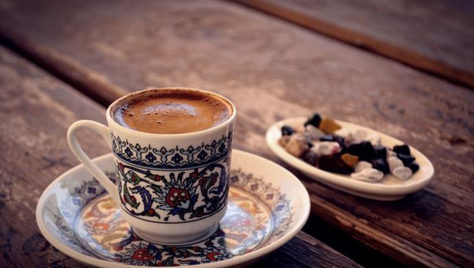 It has a positive effect on the speed of metabolism due to the caffeine in Turkish coffee. With this feature, it helps to lose weight.