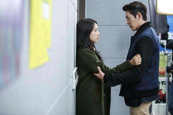 """Park Shin-hye (1.68 m, 5'6"""") and Kim Woo Bin (1.87 m, a little under 6'2"""")"""