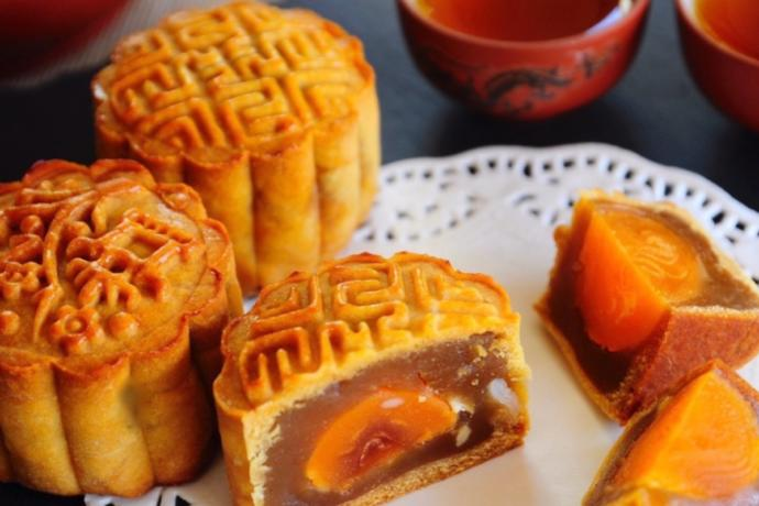 The Traditional Lotus Seed Paste and Salted Egg Yolk Mooncake