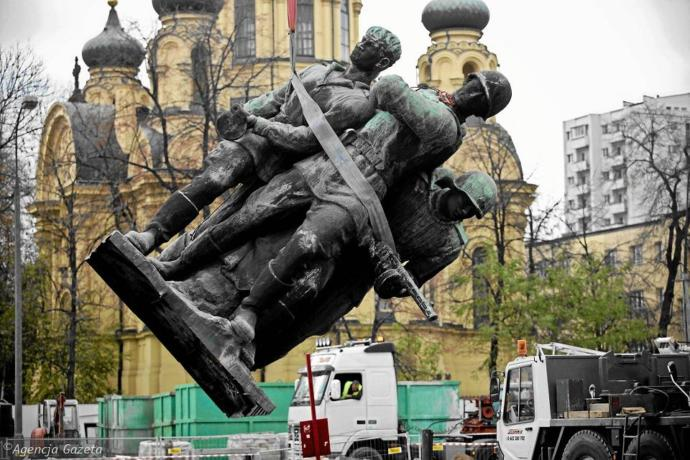 Demolishing Soviet WWII red army monument in Poland