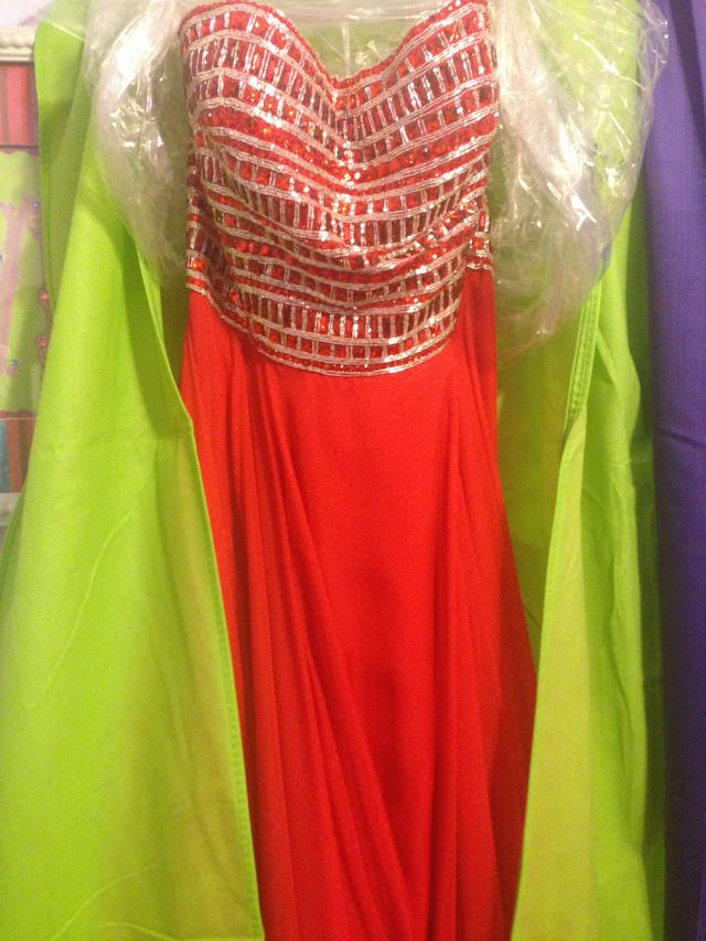 I'm trying to decide what I want to do for prom.  What kind of makeup would you do with this dress?