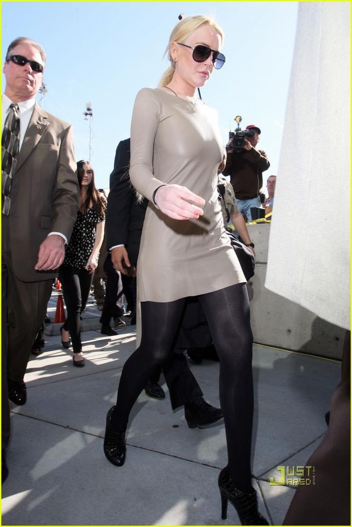 Do women still wear high waist black opaque tights like this ;)?