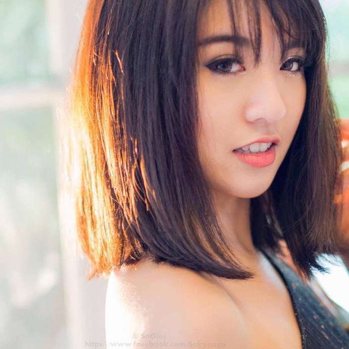 Gorgeous Asian girl, pretty Asian girl, or