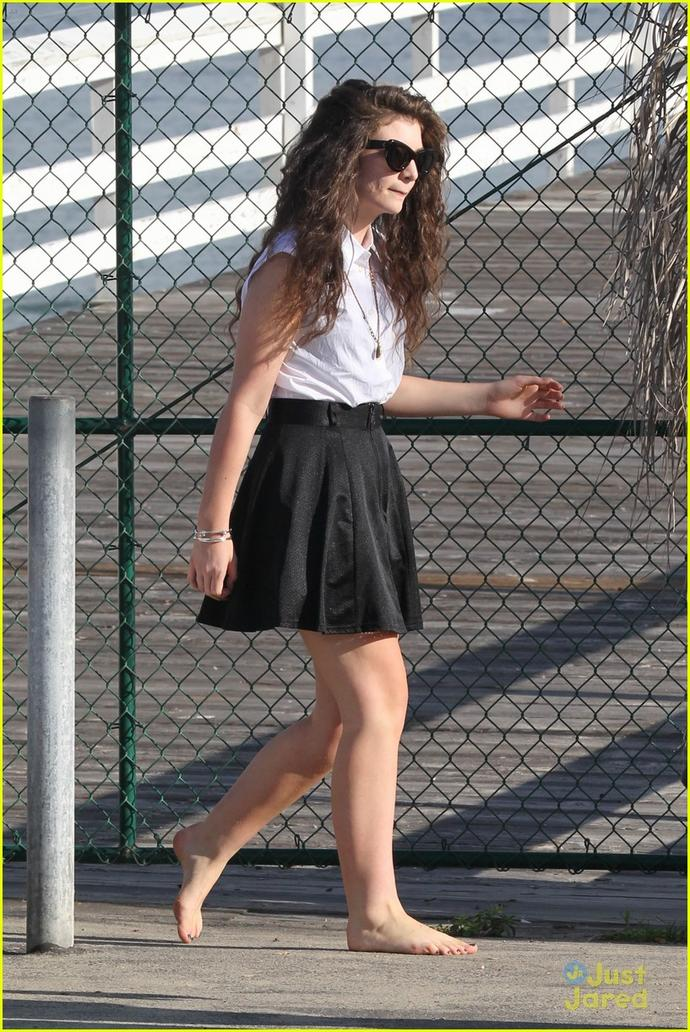 Does Lorde Have The Most Profound Cankles Or What - Girlsaskguys-7169