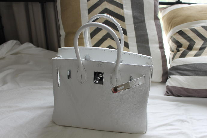 What colour clothing would go best with my white bag?