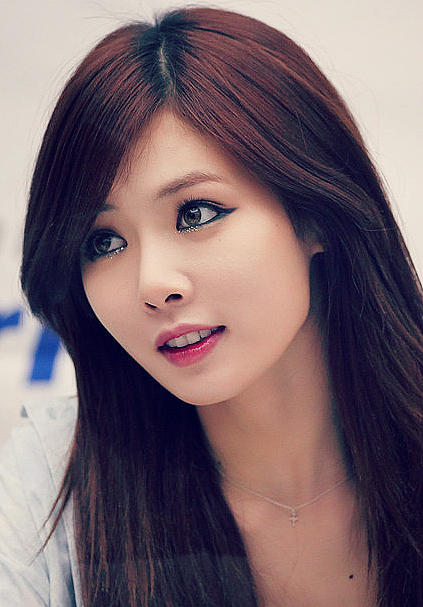 Kpop girl series #2: How beautiful do you think this woman is and do you know her ?