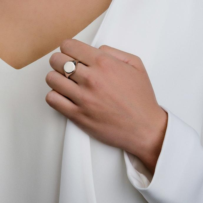 Does signet ring look good on women or no ?
