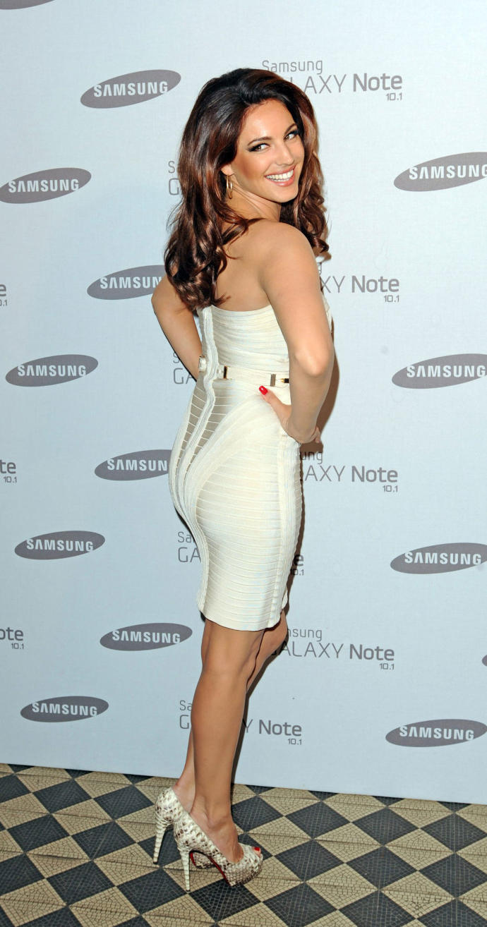 1. Girls, do you like her dress?