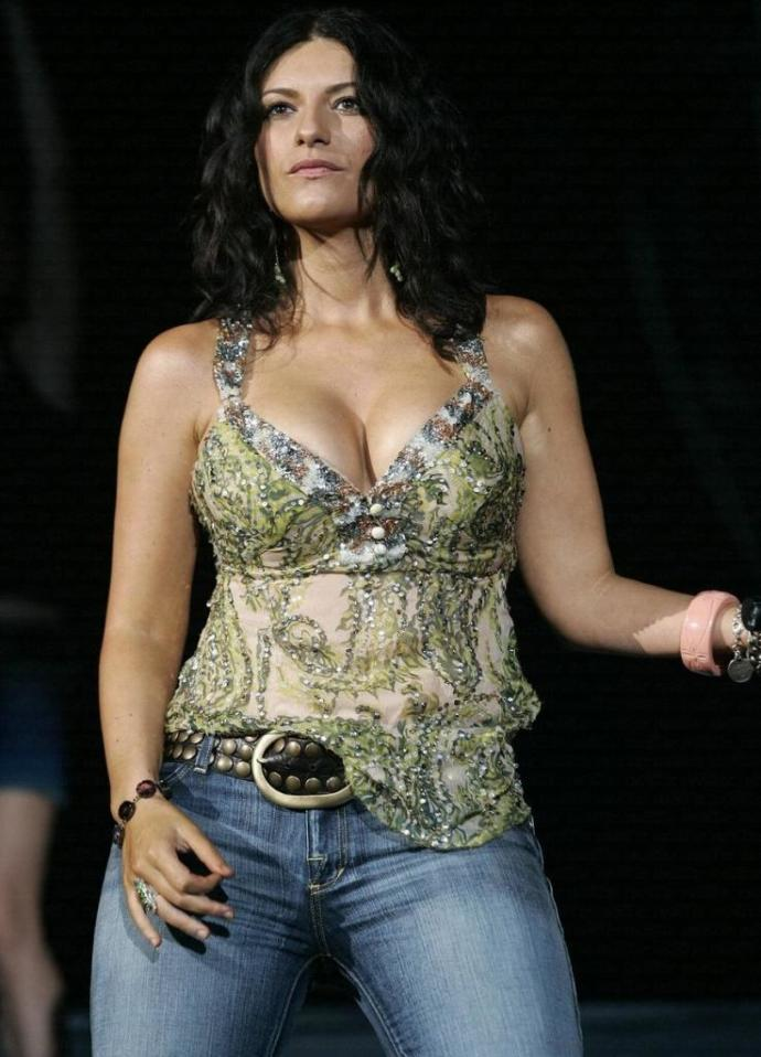 How would you describe Laura Pausini's (pics in the description) body?