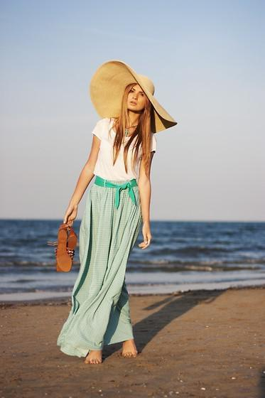 Girls, your go-to beach day outfit would look most like?