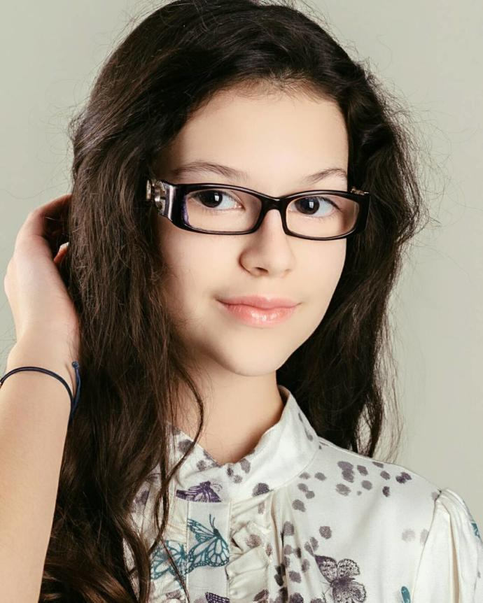 Which glasses girl is more beautiful?