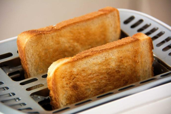 Do you cut toast before eating It??