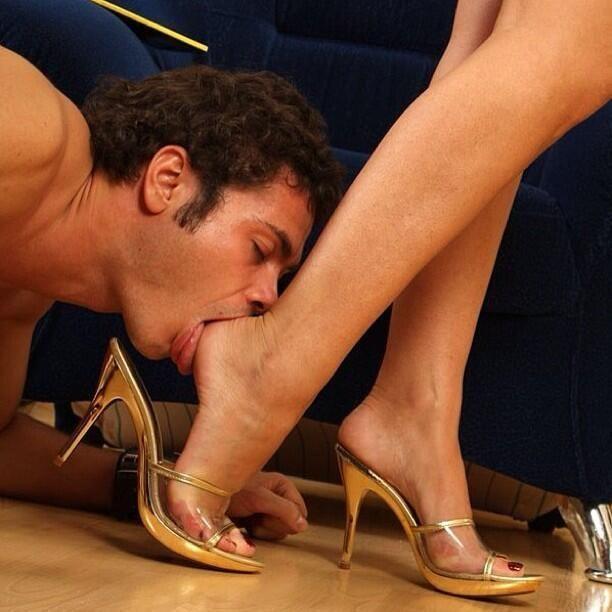 Фото парень облизывает ноги девушки