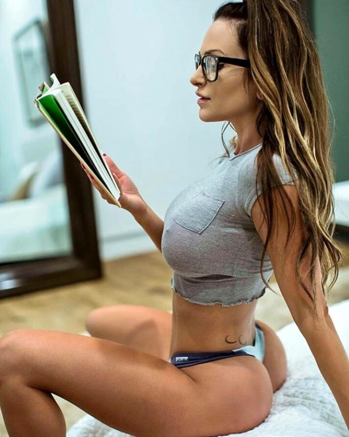 Guys, do you like women who read?
