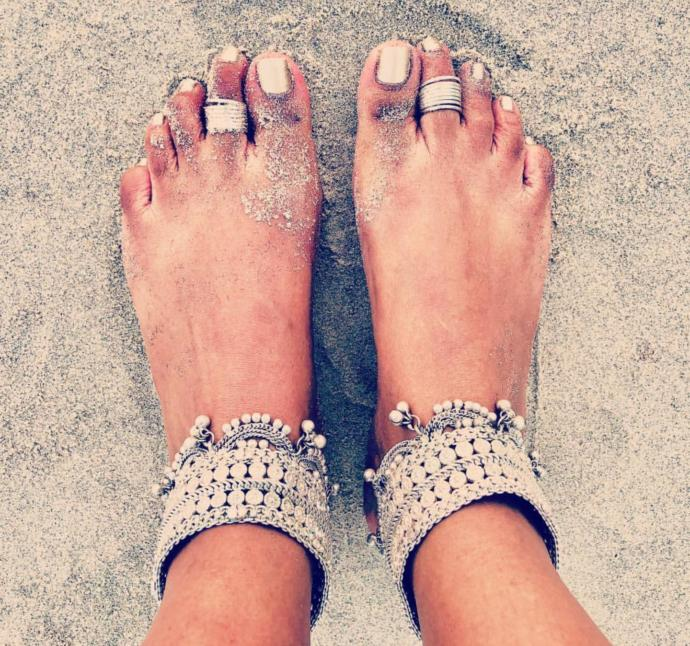 What is it with Indian girls and foot jewelry?