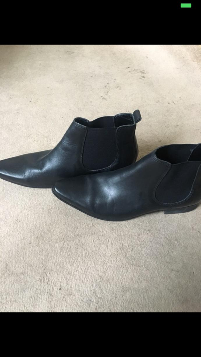 These men boots? they too pointy?
