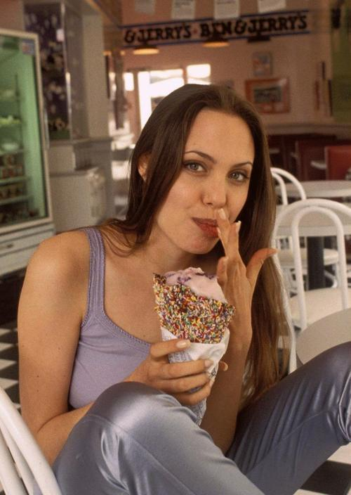 Which woman looks prettier or sexier while eating an ice-cream - Jessica Alba or Angelina Jolie?