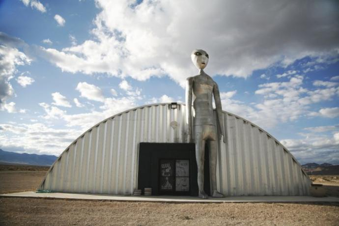Raiding Area 51👽👽👽: Nearly half a million have signed a event to storm Area 51 on Facebook, Thoughts?