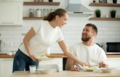 Guys, Do you expect your wife/girlfriend to serve you food at the dinner table?