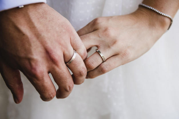 Are there any advantages of DATING someone who is MARRIED?