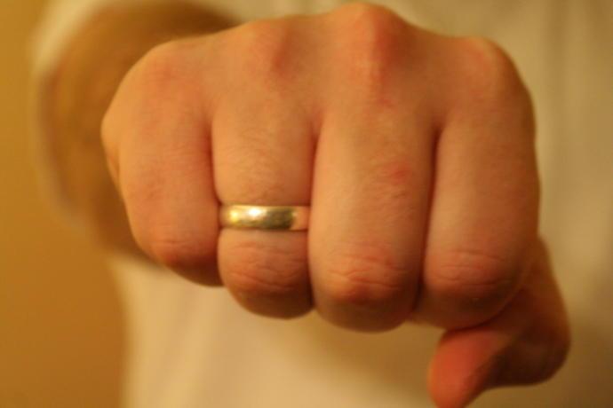 Do wedding rings make men more attractive?