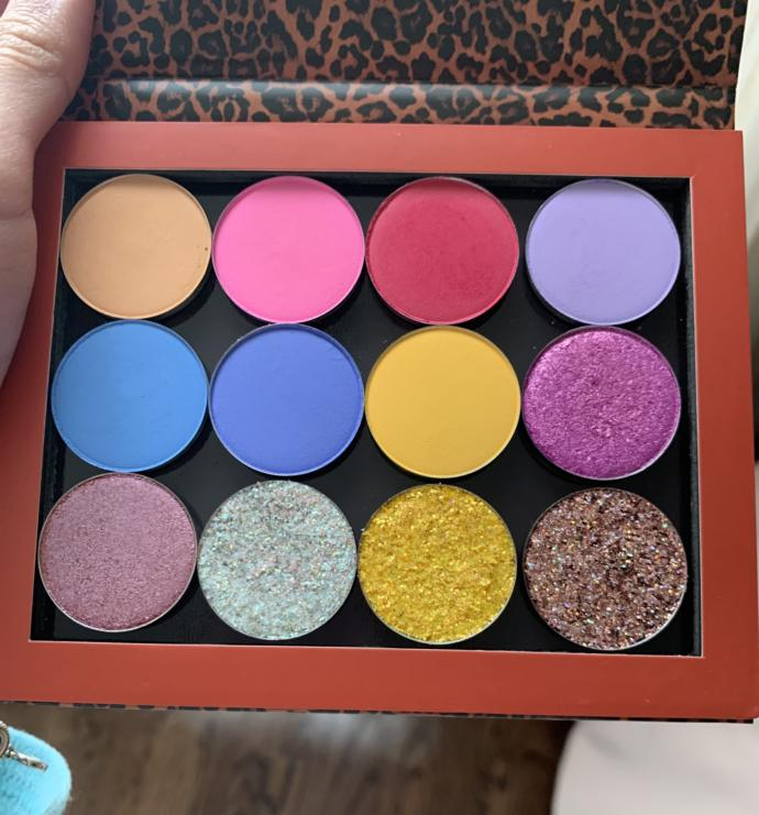 Im so happy I just got my new eyeshadow palette That I customized :) what do you think about it?