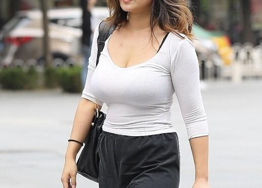 On street, which part of her body attracts your sight the most?