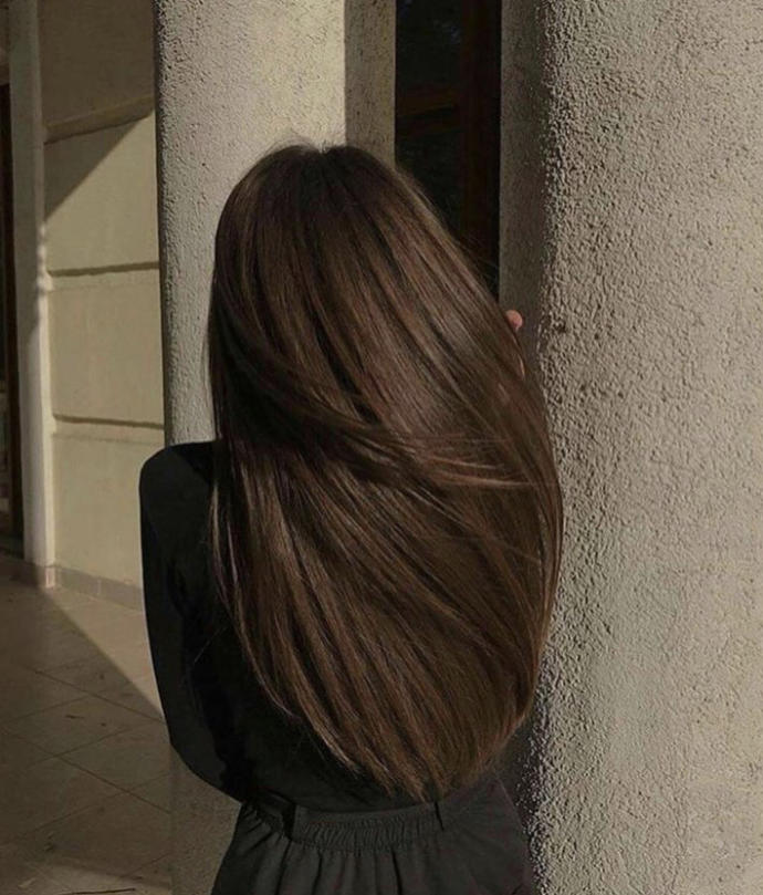 Blondes or brunettes? What hair colour is more attractive ?