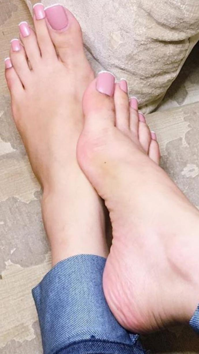 Which woman has hotter feet?