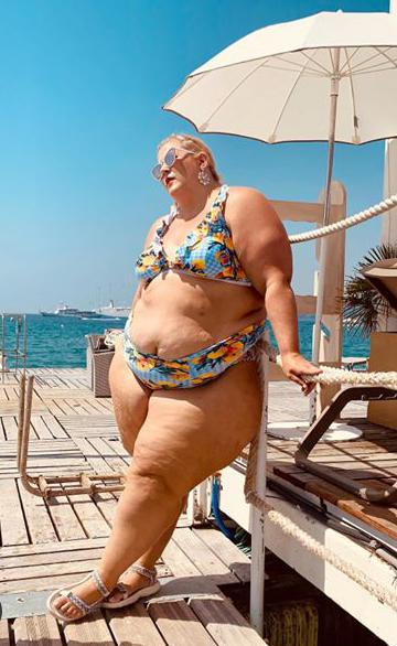 Should Anna OBrien Feel/Be Confident & Comfortable As She Is Wearing A Bikini?