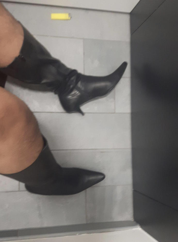 Sisters leather boots?