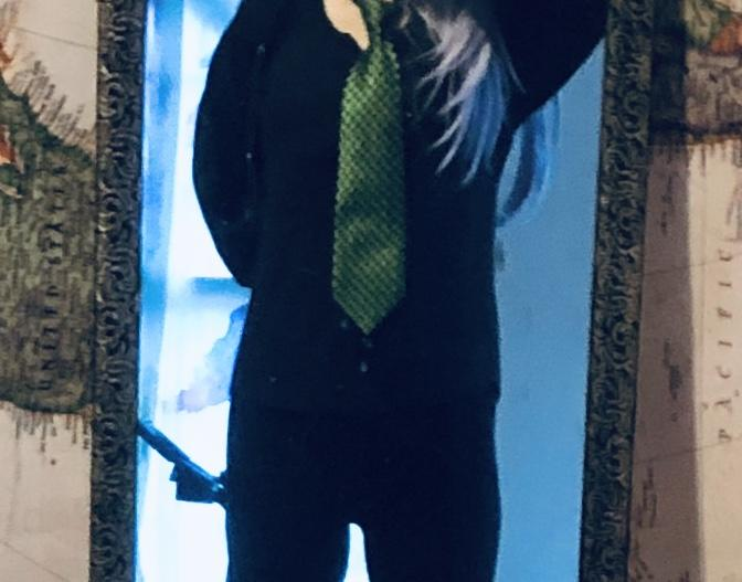 Do you like my green TIE... I was looking for a solid black or checkered black tie, but I couldnt find one in someone closet 🤓😛😁?