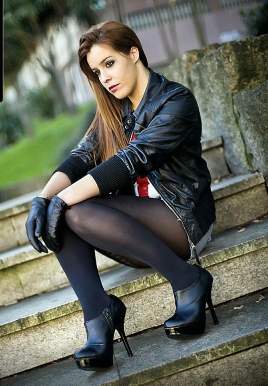 Anyone else think leather gloves look amazing on women?