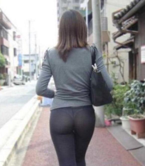 Expose thong through leggings on purpose, so hot?