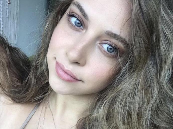 Do you think Gamze Erçel or Hande Erçel is more attractive or prettier?