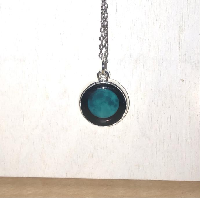 Is this moon necklace pretty?