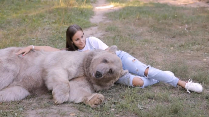 Which thumbnail is better for this photoshoot with a grizzly bear?