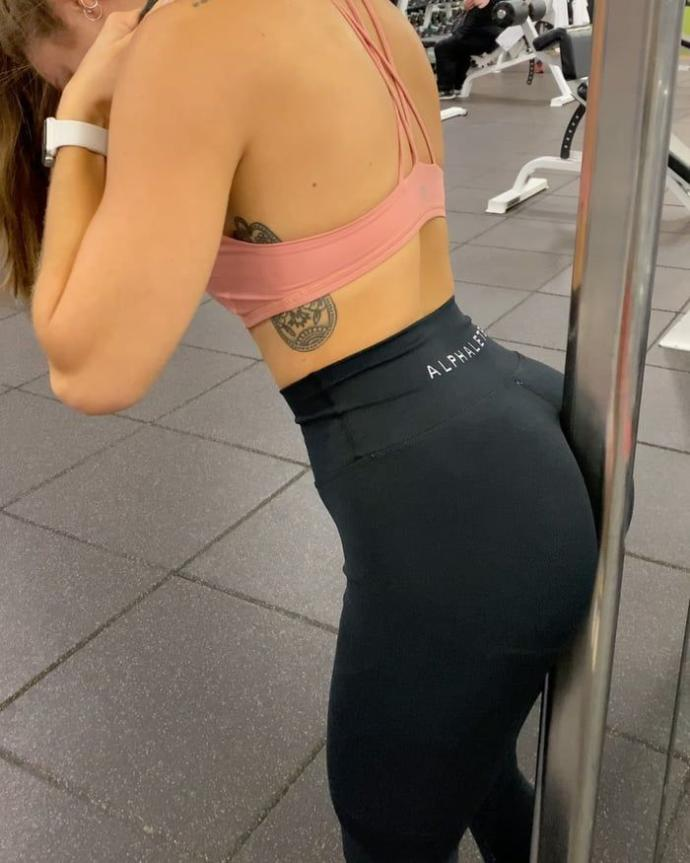 Body language (Butt pole) : What it means when girls do it?